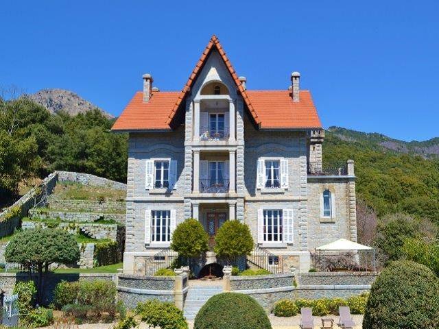 Ein großes und luxuriöses Haus