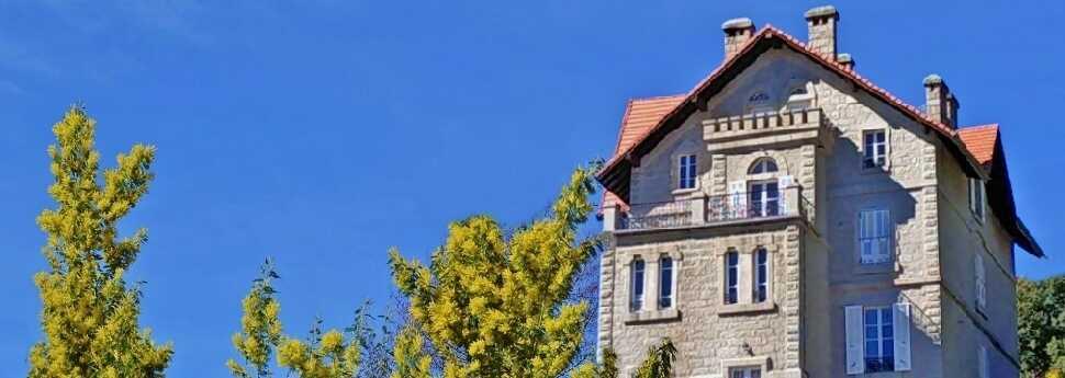 Een prachtig herenhuis op een heuvel in de Corsicaanse maquis